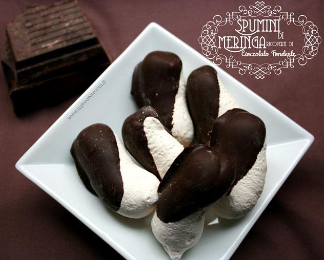 Spumini di meringa ricoperti di cioccolato fondente