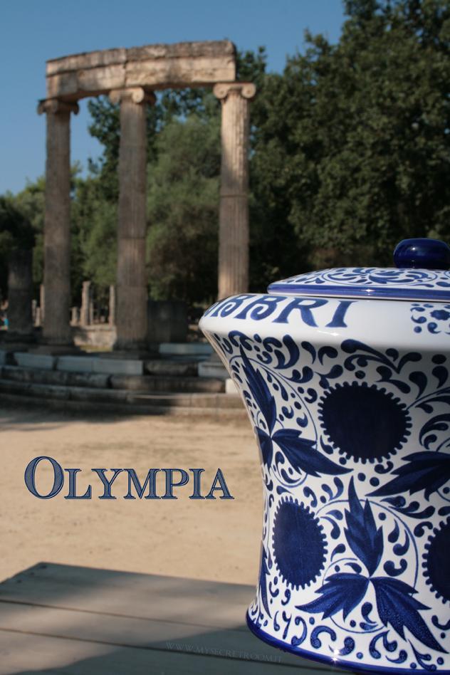 """Olympìa) è l'antica città greca, sede dell'amministrazione e dello svolgimento dei giochi """"olimpici"""" ma anche luogo di culto di grande importanza, come testimoniano i resti di antichi templi, teatri, monumenti e statue, venuti alla luce dopo gli scavi effettuati nella zona dove la città originariamente sorgeva."""