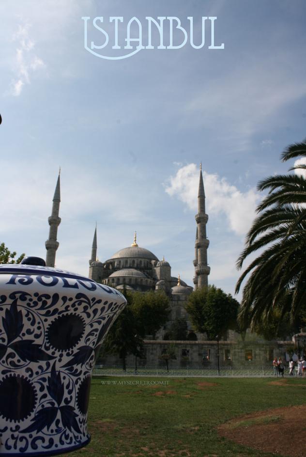 La Sultanahmet camii o Sultan Ahmet camii (da leggere giàmii), è una delle più importanti moschee di Istanbul. Universalmente è conosciuta come la Moschea Blu. Il suo nome deriva dalle 21.043 piastrelle di ceramica turchese inserite nelle pareti e nella cupola. È infatti il turchese il colore dominante nel tempio. Pareti, colonne e archi sono ricoperti dalle maioliche di İznik (l'antica Nicea), decorato in toni che vanno dal blu al verde.