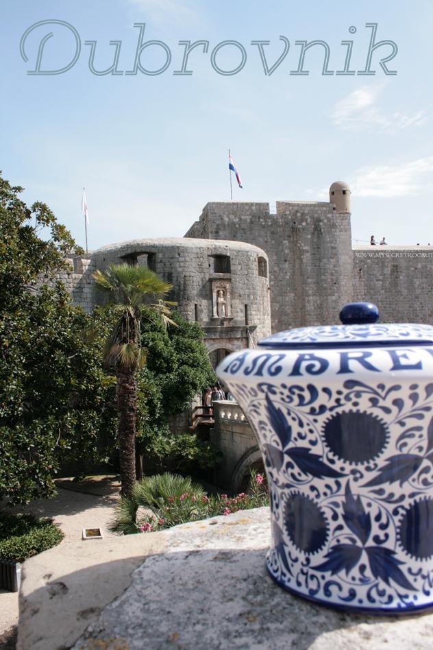 """Dubrovnik, in italiano anche Ragusa di Dalmazia e Ragusi, in dalmatico e tedesco Ragusa o Raugia) è una città della Croazia meridionale situata lungo la costa della Dalmazia. La città, che ha lungamente mantenuto la sua indipendenza, vanta un centro storico di particolare bellezza che figura nell'elenco dei Patrimoni dell'Umanità dell'UNESCO e che le è valso il soprannome di """"perla dell'Adriatico""""."""