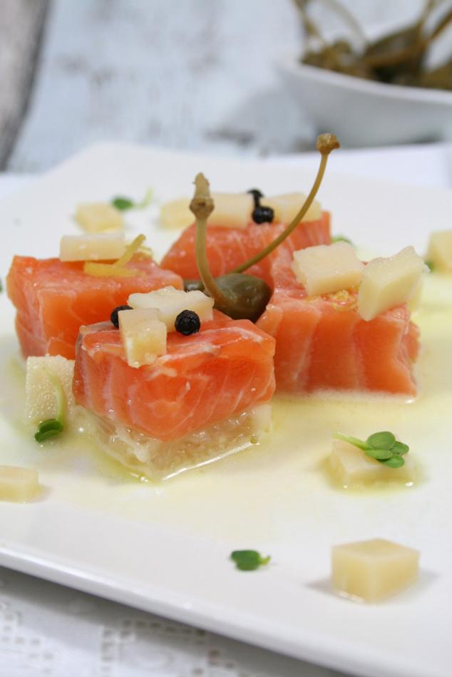salmone su emulsione di pompelmo e coriandoli di Parmigiano Reggiano